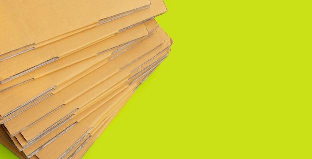 Empilhamento de caixas de papelão, papel ondulado em verde Foto Premium