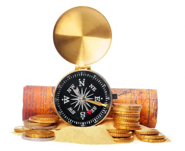 Empilhamento de moedas com bússola. economia de dinheiro
