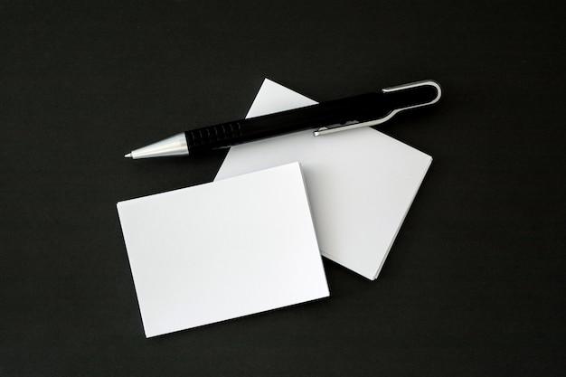 Empilhamento de uma maquete vazio cartão branco com caneta de elegância no backgrou luxo brilhante