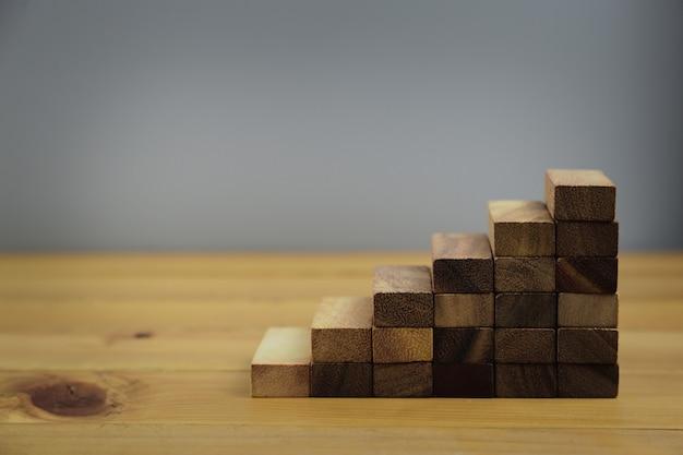 Empilhando blocos de madeira em etapas