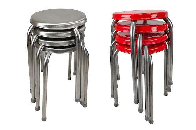 Empilhar cadeiras de aço inoxidável em fundo branco