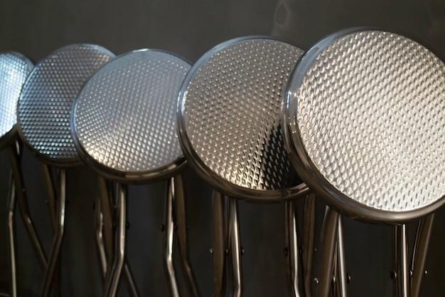 Empilhar cadeiras de aço inoxidável na loja