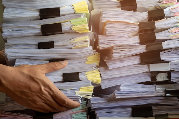 Empilhar o ritmo do arquivo de documentos no gabinete no escritório.