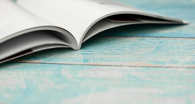 Empilhar revistas na mesa de madeira