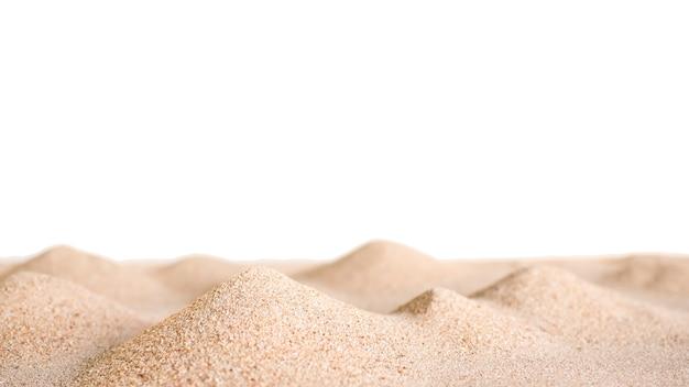 Empilhe a areia do deserto isolada no fundo branco. dunas secas onda superfície praia luz amarela natureza ao ar livre na costa da costa do mar. para férias de viagens de verão tropical ou conceito de proteção ambiental.