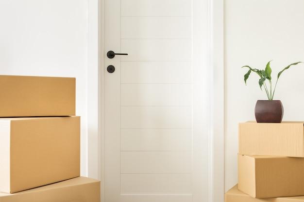Empilhe caixas de papelão na sala de estar. movendo-se para o novo conceito de casa