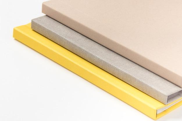 Empilhe livros multicoloridos de capa dura em fundo branco