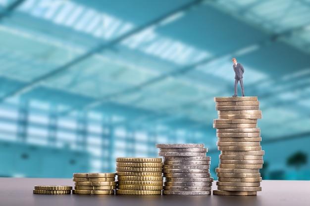 Empilhe moedas de dinheiro para procurar um investimento