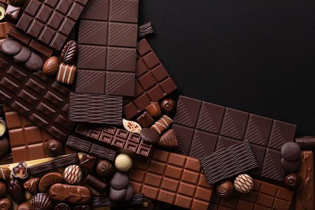 Empilhe o fundo de barras e doces de chocolate, confeitaria doce para a sobremesa.