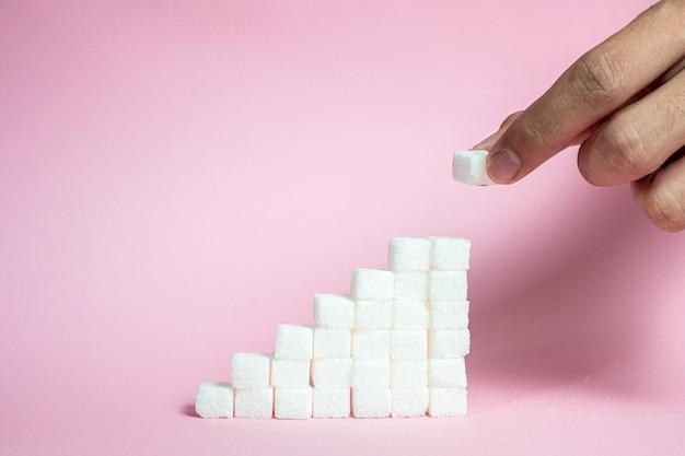 Empilhe os cubos de açúcar de subir para rosa