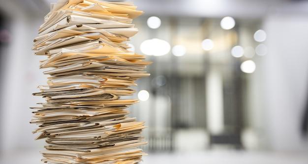 Empilhe pastas de arquivos com documentos na mesa