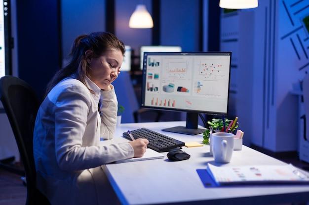 Empreendedor cansado tentando finalizar projeto de negócio durante videochamada na internet