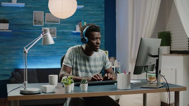 Empreendedor com fones de ouvido, ouvindo música e trabalhando