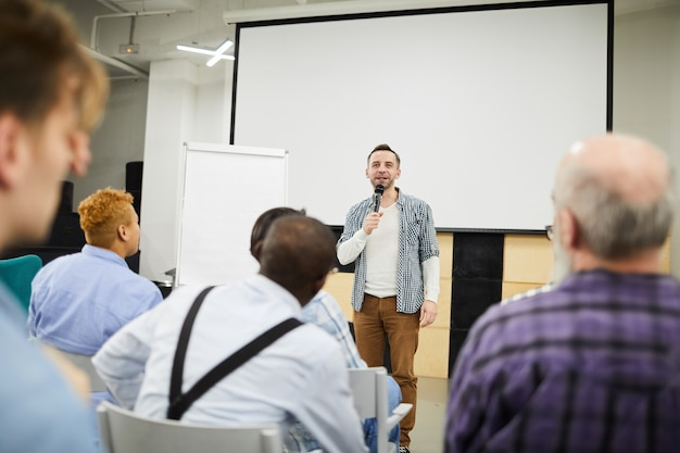 Empreendedor de inicialização, apresentando seu projeto na conferência