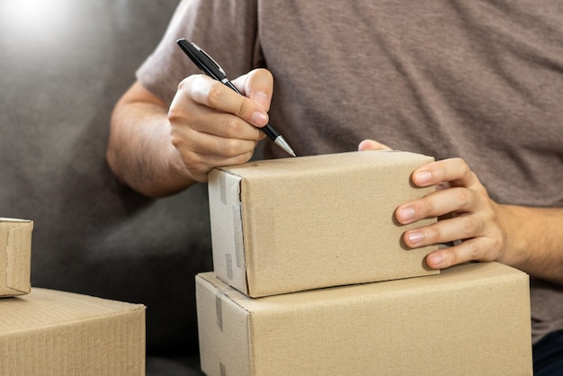 Empreendedor de pequena empresa iniciante trabalhando com caixa de embalagem de entrega