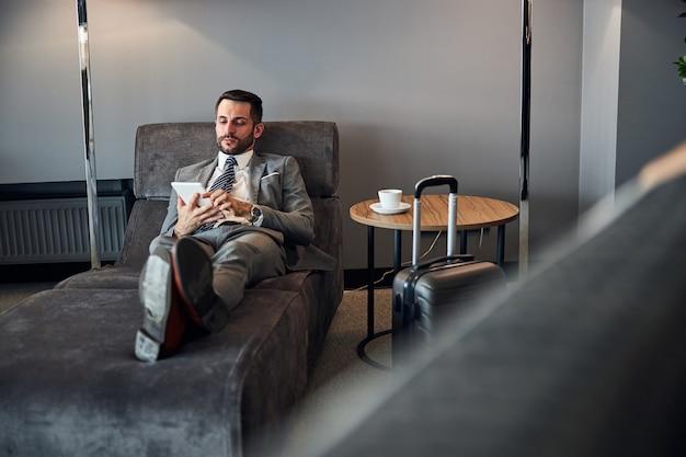 Empreendedor em repouso navegando em seu tablet branco