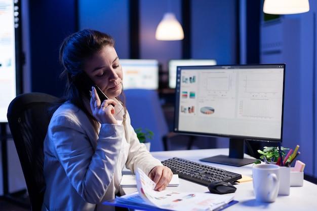 Empreendedor executivo falando no smartphone com funcionário cria novo conceito de marketing no escritório de negócios