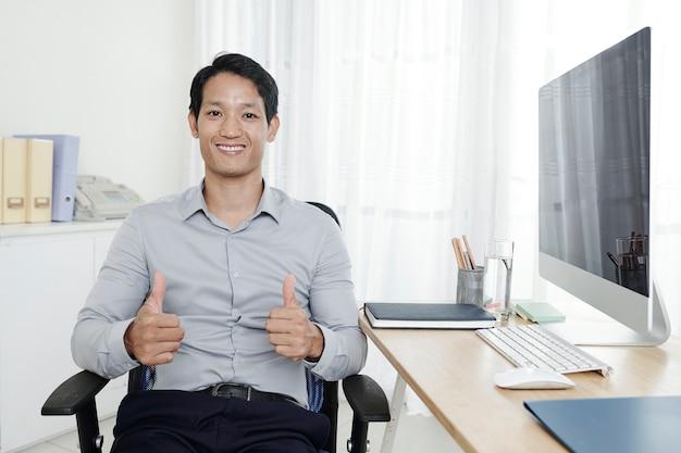Empreendedor feliz mostrando o polegar para cima