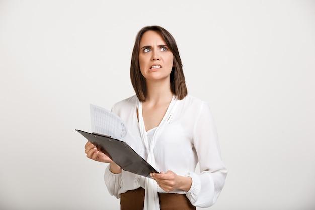 Empreendedor feminino nervoso recebeu más notícias, lendo gráfico