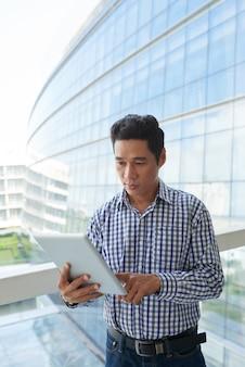 Empreendedor lendo artigo no computador tablet