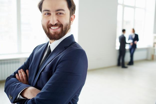 Empreendedor orgulhoso com funcionários fundo