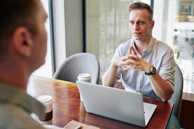Empreendedor ouvindo colega