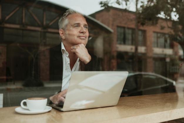 Empreendedor sentado em um café
