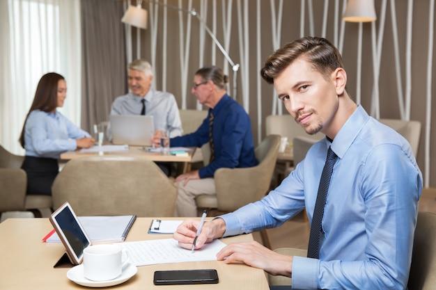 Empreendedor sério e executivos do trabalho