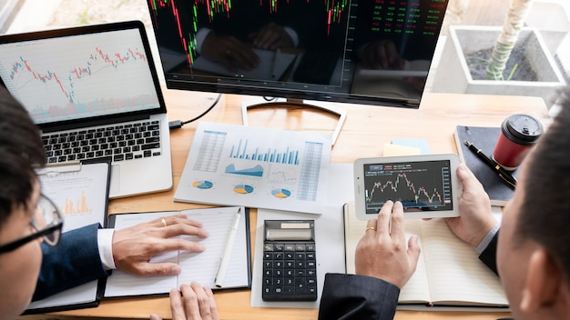 Empreendedor trading discutindo e análise de dados