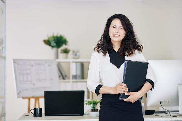 Empreendedora com pasta de documentos