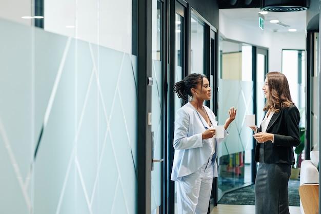 Empreendedora conversando com um colega