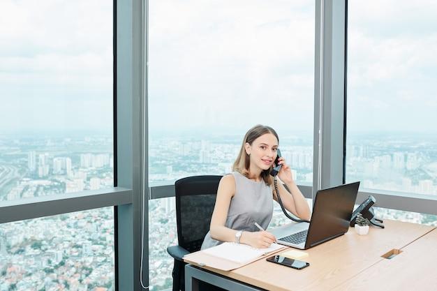 Empreendedora falando ao telefone
