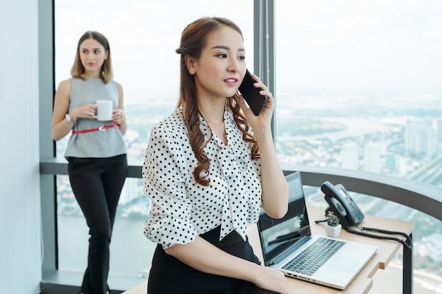 Empreendedora fazendo uma ligação