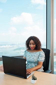 Empreendedora trabalhando em um laptop