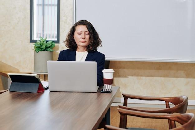 Empreendedora trabalhando no escritório