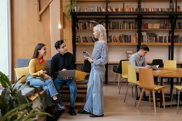 Empreendedores de startups discutindo estratégias