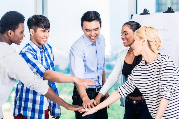 Empreendedores de tecnologia com espírito de equipe e motivação
