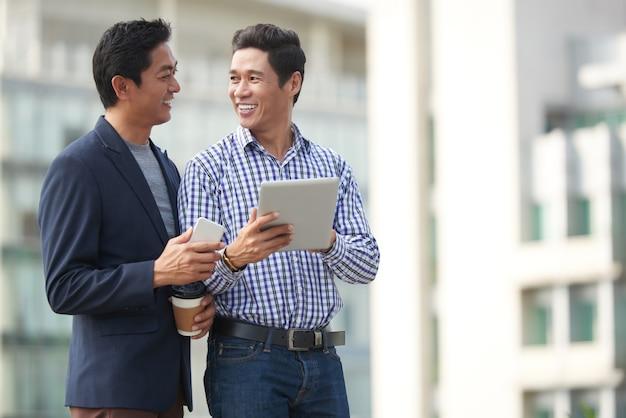 Empreendedores discutindo artigos de notícias