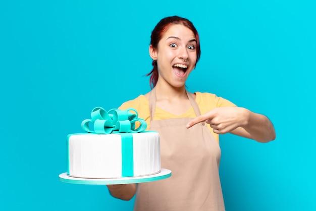 Empregada da padaria tty com um bolo de aniversário
