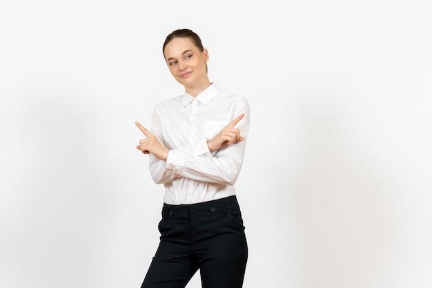 Empregada de escritório em uma blusa branca elegante sorrindo levemente em branco