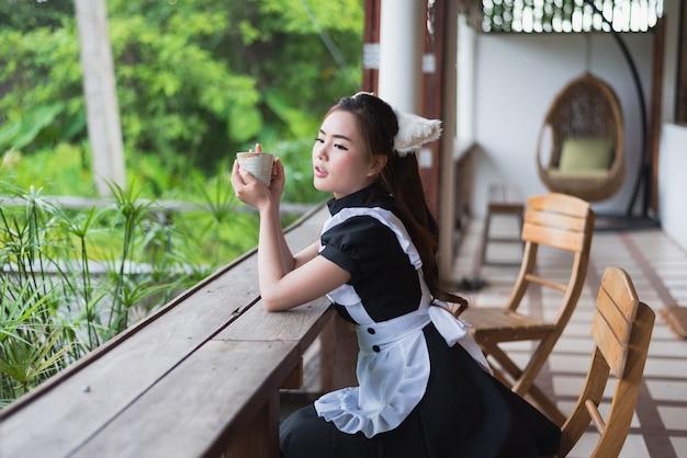 Empregada de estilo japonês cosplay linda garota