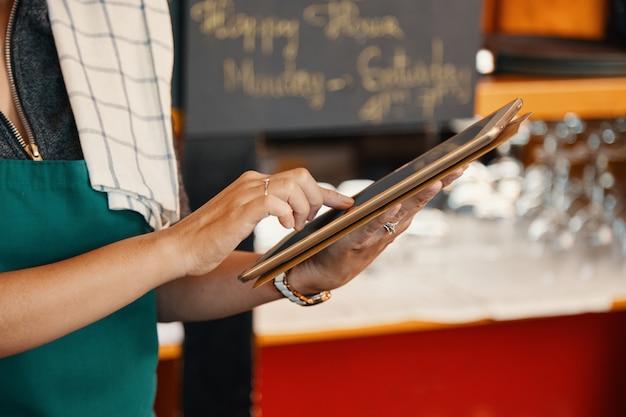 Empregada de mesa com tablet digital