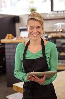 Empregada de mesa usando um tablet