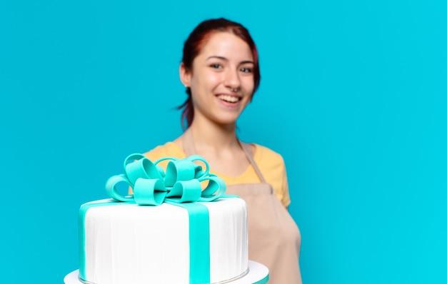 Empregada de padaria bonita com bolo de aniversário