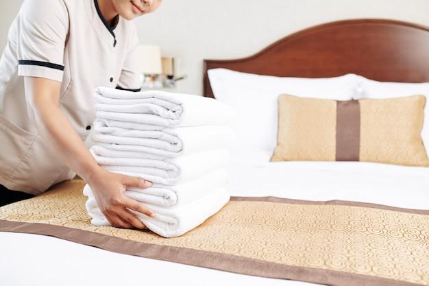 Empregada doméstica trabalhando no hotel