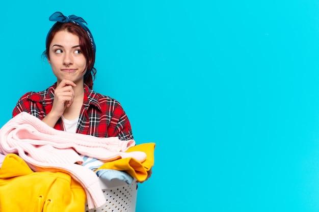Empregada jovem lavando roupas