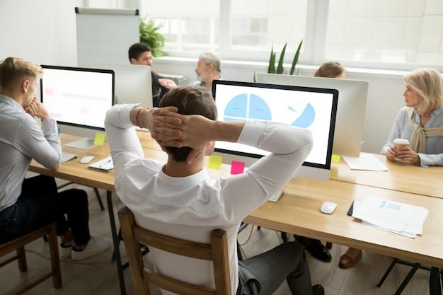 Empregado, analisando, estatísticas, relatório, compartilhar, escrivaninha escritório, com, diverso, colegas