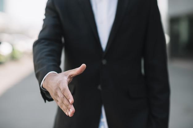 Empregado, apertando a mão