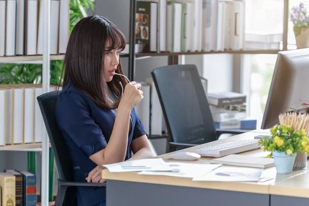 Empregado bonito e estressante na mesa do escritório