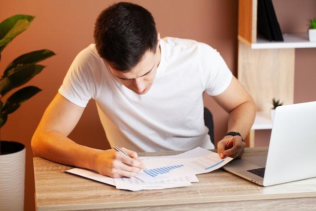 Empregado cansado que trabalha na mesa no escritório da empresa